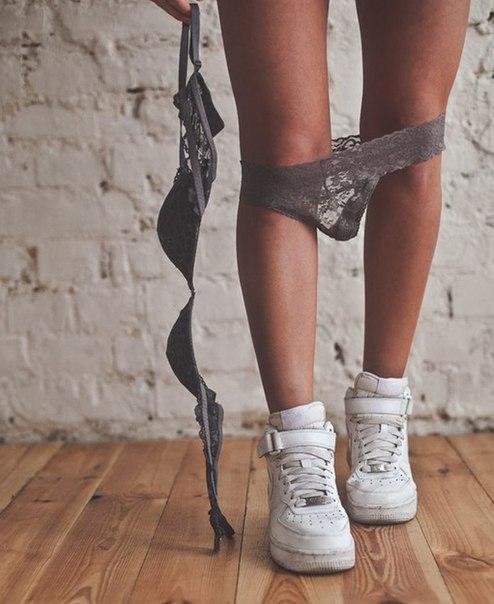 фото ног в кроссовках и джинсах