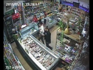 В Сосногорске камера наблюдения одного из магазинов засняла молодых людей, крадущих продукты с прилавка