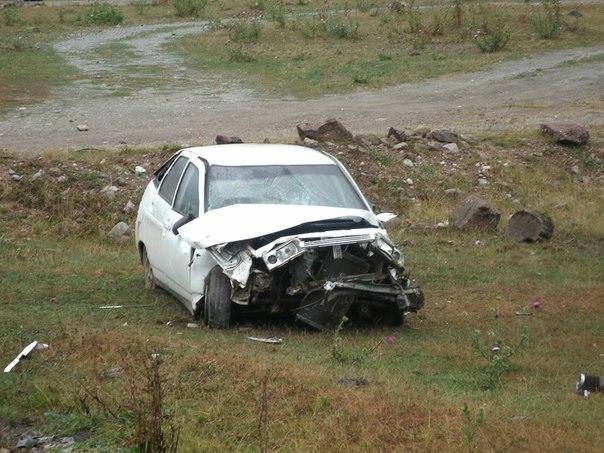 Возле поселка Архыз Зеленчукского района Карачаево-Черкесии обнаружен разбитый автомобиль «ВАЗ-2112»