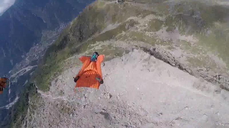Эти отчаянные экстремалы летят настолько низко, что едва не касаются склона горы Источник: fishki.net/video/1827781-jet