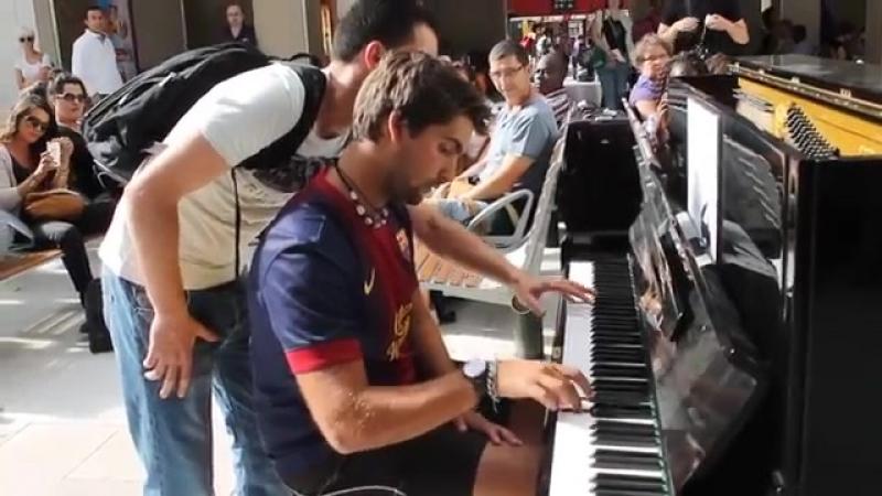 261703-krasivaya-improvizatsiya-na-pianino-na-parigskom-vokzale-4i-nyya-wwg-nevsedoma.com.ua
