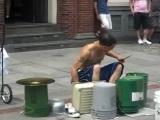 уличный музыкант играет на барабанах