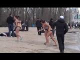 Очень громкая компания красивых девушек, купается зимой в ледяной воде на Крещение