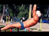 Дед-атлет отжигает на площадке 71 years Оld man ghetto workout training