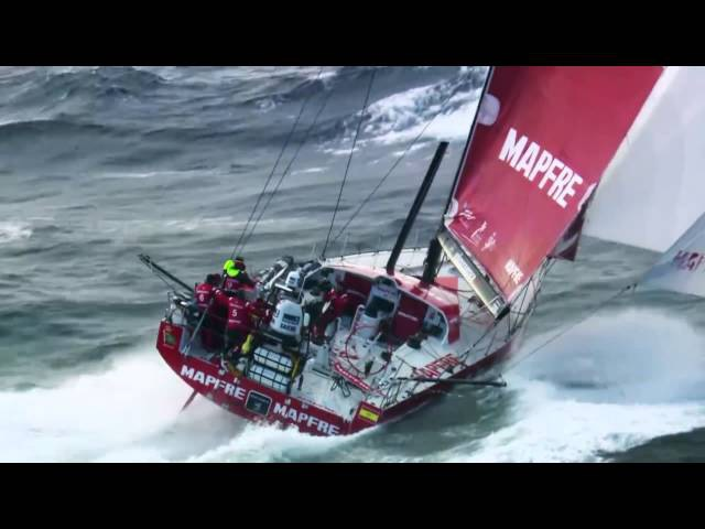 Парусная регата в Н. Зеландии, яхта летит на всех парусах