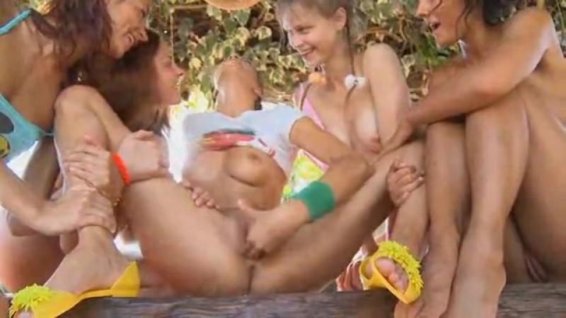 Маша показывает свои прелести писечку и свои маленькие красивые сиси и маструбир