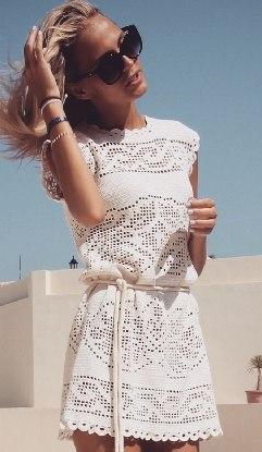Белое платье филейным узором