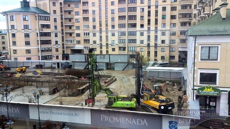 В центре Бреста трещит по швам и разваливается элитный дом