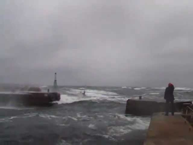 ЯХТА В ШТОРМ ЗАШЛА В МАРИНУ (Yacht in rough seas.mp4)
