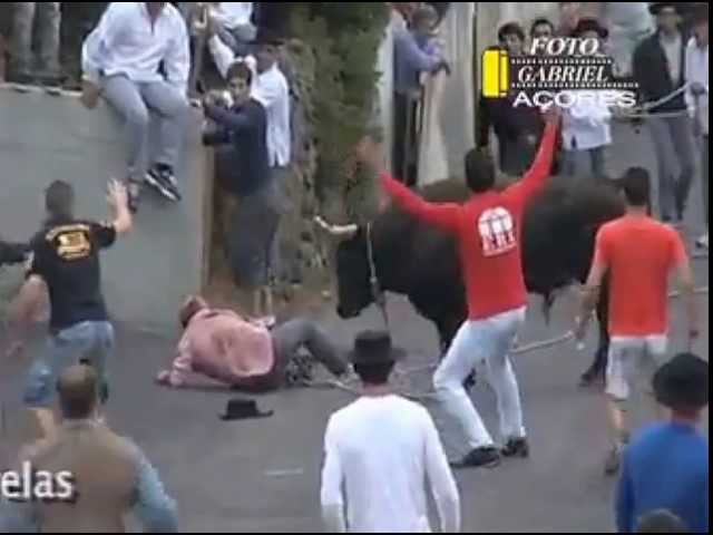 Mad bull gores dozens of people.toro impazzito incorna decine di persone.