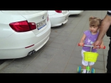 Маленькая девочка (2,1 года) знает все марки автомобилей