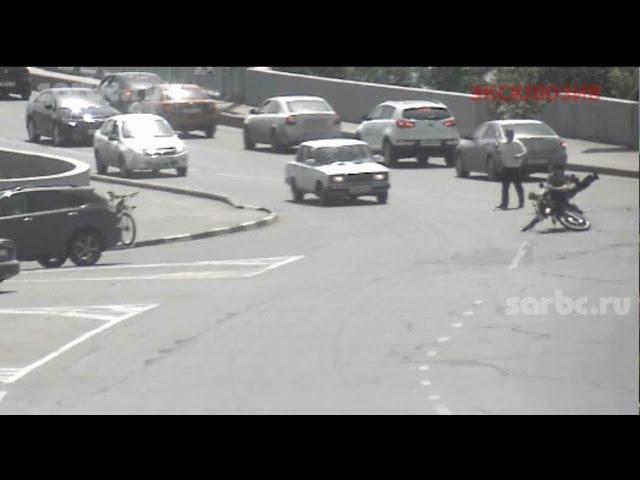 Мотоциклист сбил инспектора ДПС у моста Саратов Энгельс и скрылся
