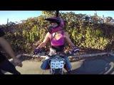 Девушка на мотоцикле делает тройное сальто вперёд. Djevojka na motoru