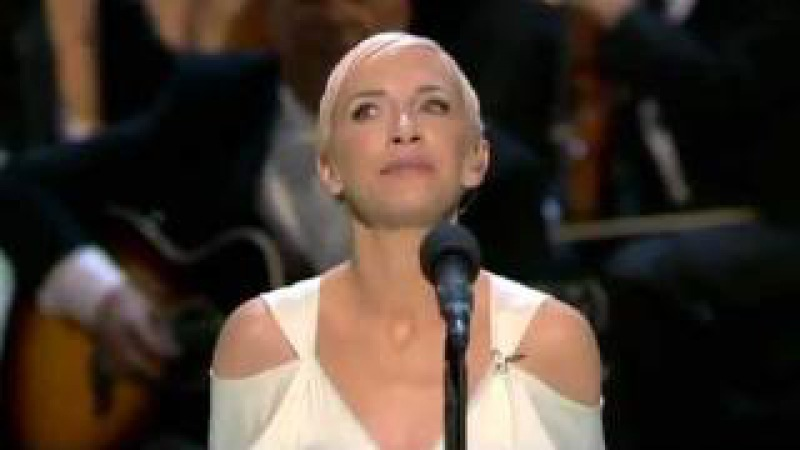 Annie Lennox - Into The West (live at the 2004 Oscars)