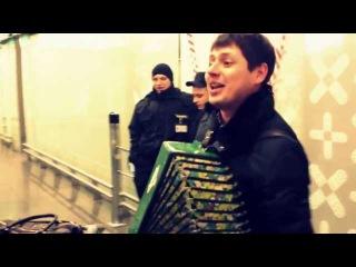Вишня (Под окном широким), русская народная песня под гармонь поет парень, в аэропорту Внуково