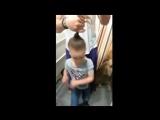 Как папа делает дочери прическу