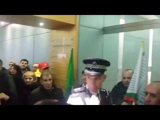 Inside CCHQ now Kurdish protest. Police on all doors курды заняли здание партии Дэвида Кэмерона