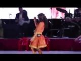 Маленькая девочка поет  и танцует