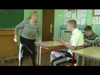 Училка на уроке демонстрирует сиськи