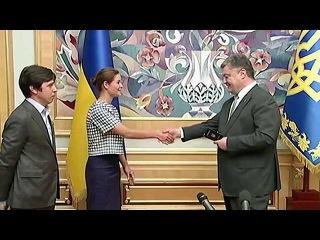 Президент Украины Петр Порошенко вручил политику Марии Гайдар украинский паспорт - Первый канал