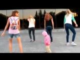 Маленькая девочка танцет хип хоп. Урок хип хопа для детей