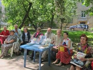Столик летней читальни Библиотеки № 55
