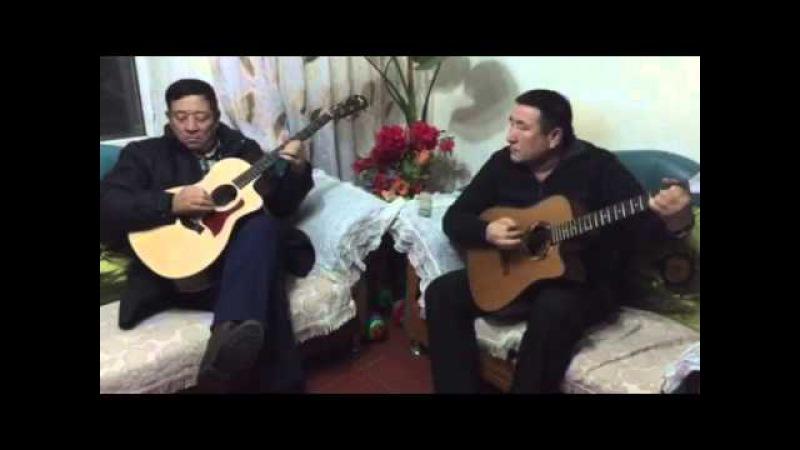 На гитаре песни дос-мукасанаОкен Танысxан.