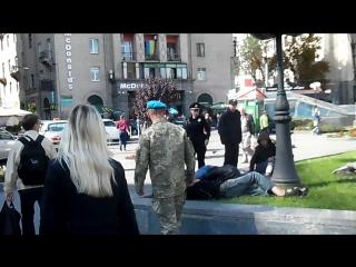 Пробуждение пьяных бомжей в центре Киева