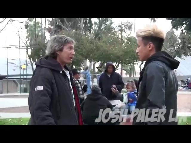 Парень дал бездомному $100 и стал следить Но вместо падения человека он увидел ег ...