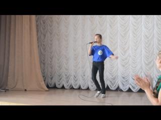 """Выступление Азовской школьницы в ДИПИ-2 на День Пожилого Человека с песней """"Осени не будет никогда"""""""
