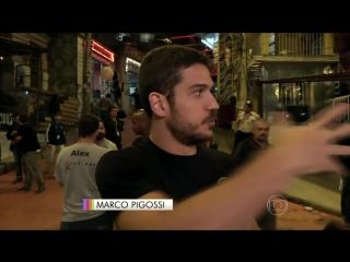 Marco Pigossi e Cauã Reymond gravam protesto no Morro da Macaca