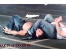 Борец против ножевика в уличной драке