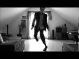 Человек потрясающем танцем точно вам поднимет настроение