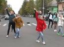 Подставной гаишник танцует с детьми