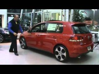 Продавец оригинальным способом демонстрирует качество сборки дверей Volkswagen