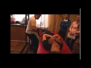 Занятия с пациенткой (перелом таза и плеча) на обучении по методике PNF