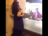 Девушка показала свою грудь у всех навиду!