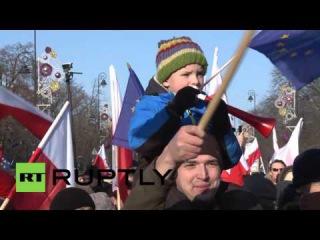 Польша: Драки как националистов пытаются сорвать массовый анти-правительственные службы протест.