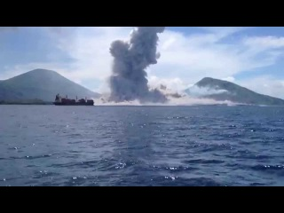 Извержение вулкана со взрывной волной