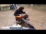 Песни под гитару: Парень играет на гитаре фляжкой