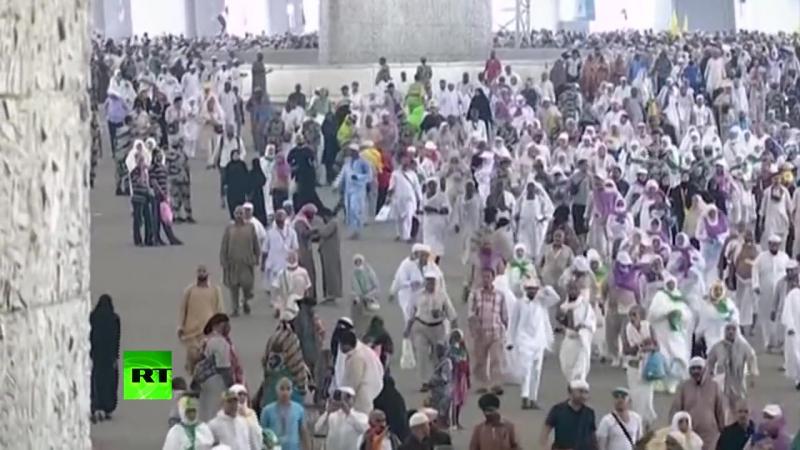 В Мекке паломники продолжают совершать ритуал побивания камнями дьявола