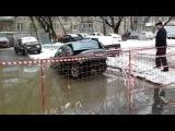 Коммунальщики разорвали машину, вытаскивая её из ямы