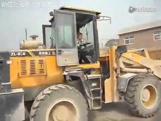Семилетний пацан из Китая вместо школы работает на фронтальном погрузчике