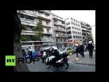 عملية اعتقال لاجئين بعنف من قبل الشرطة اليونانية في شوارع أثينا