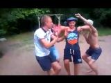 Парни прикольно и ржачно танцуют !!!