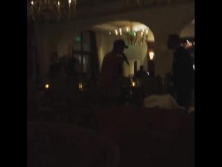 Джастин Бибер исполняет песню «My Girl» для Селены в ресторане отеля «Montage» в Беверли-Хиллз — 20 ноября 2015
