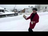 Сноубордист катается с книгой и чашкой кофе прямо по улице