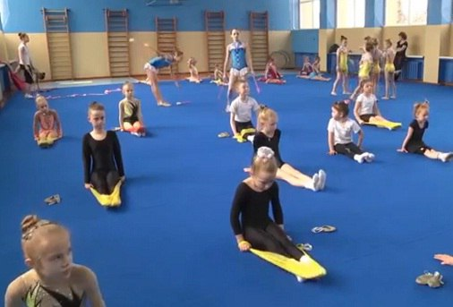 Юным гимнасткам станицы Зеленчукской подарили специализированный тренировочный ковер