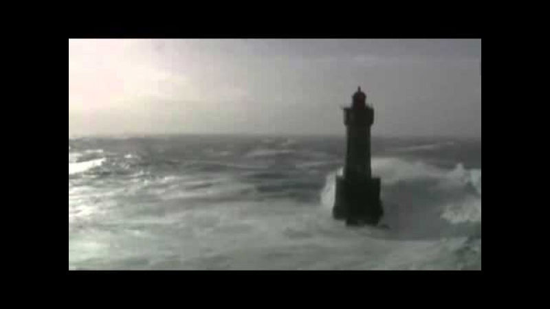 Вид на маяк во время шторма