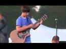 Парень классно играет на гитаре